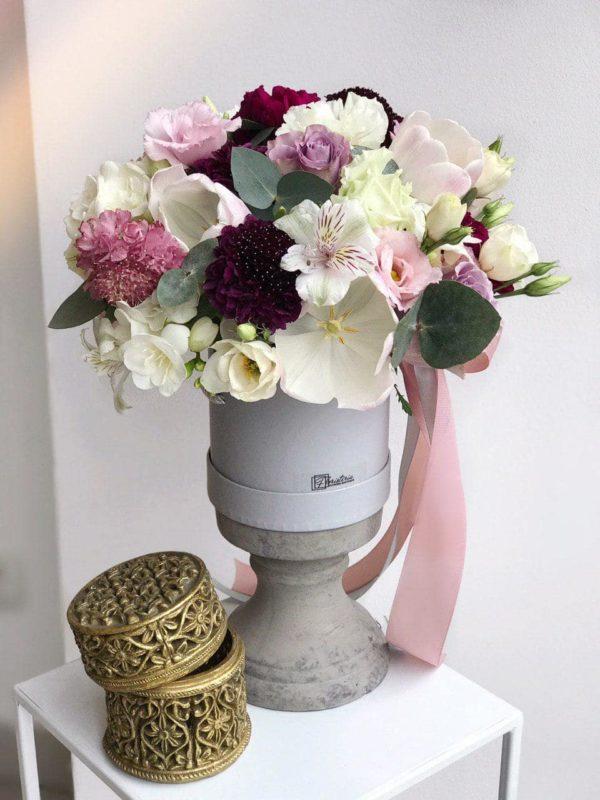 Szary box z frezji, tulipanów, goździków, ekwadorskiej róży i eustom