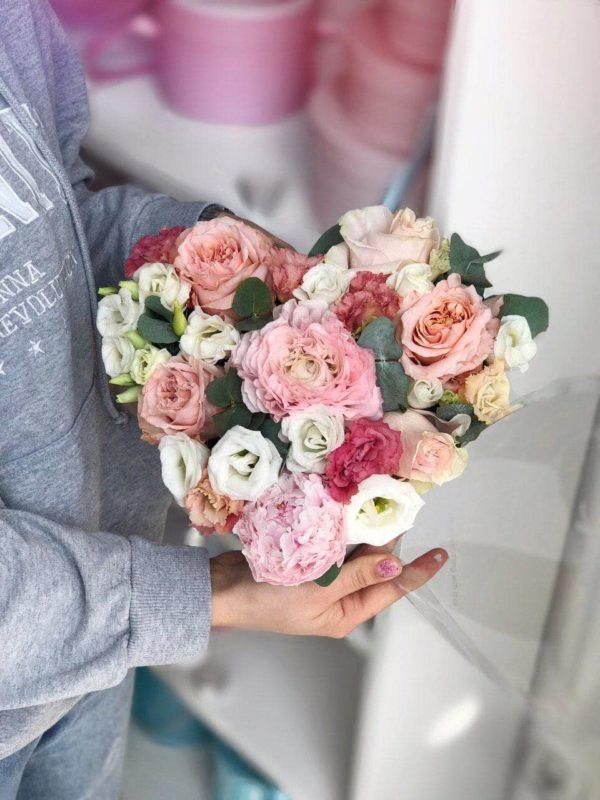 Białe serduszko z mixem wiosennych  kwiatów