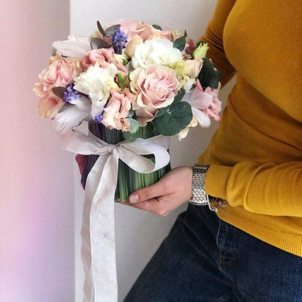 Wiosenna kompozycja z ekwadorskiej róży Pink Mondial , frezji i eustomy