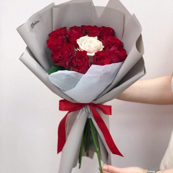 Bukiet z 11 róż w szarym opakowaniu