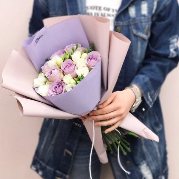 Bukiet z fioletowych róż i frezji