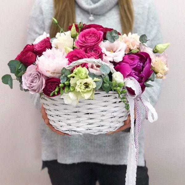 Koszyk z mixem letnich kwiatów