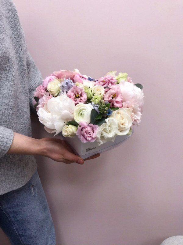 Box w kształcie serduszka z piwonii,eustom i róż
