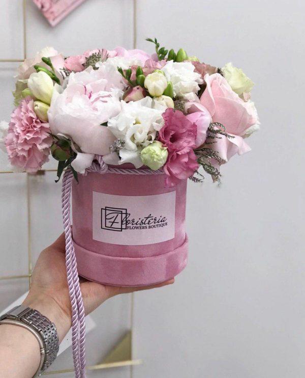 Welurowy box z eustom,róż,goździków i frezji