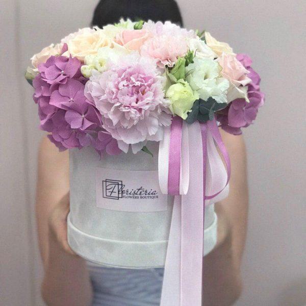 Duże szare welurowe pudełko z mixem pastelowych kwiatów