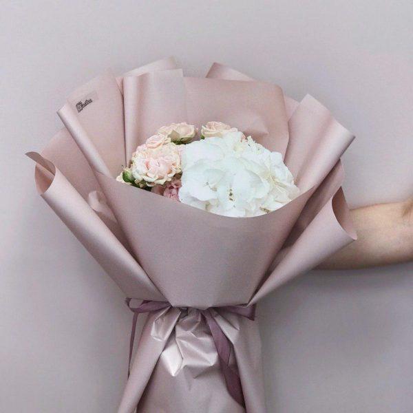 Bukiet z białej hortensji i róży