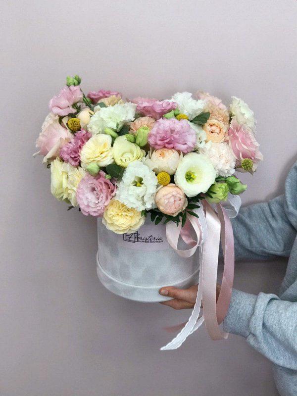 Duże szare welurowe pudełko z mixem sezonowych kwiatów