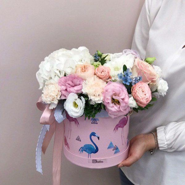 Box rozmiar M z mixem eustomy , goździków i róż