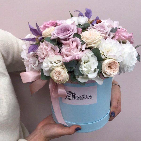 Niebieski box z mixem eustom, róż oraz sezonowych kwiatów