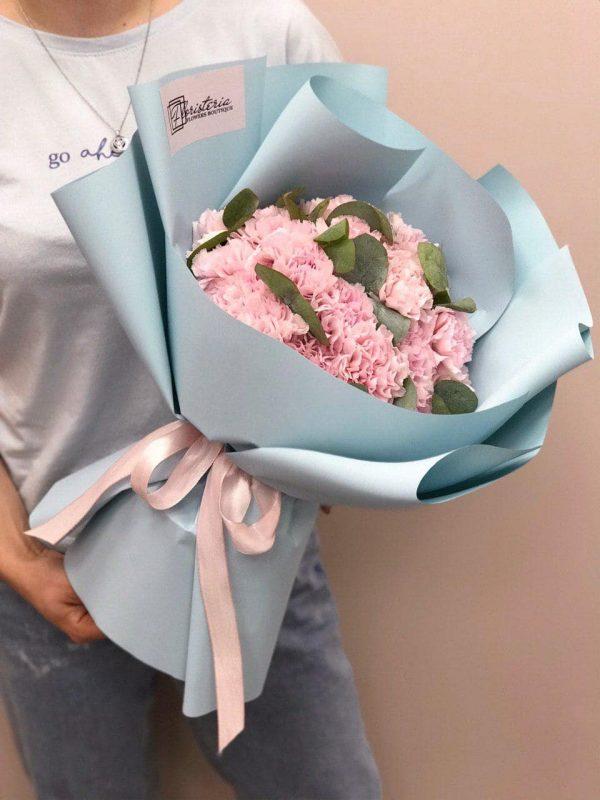 Bukiet z 25 różowych goździków oraz eukaliptusa
