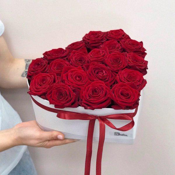 """Białe serduszko z 20 róż odmiany """"Red Naomi"""""""