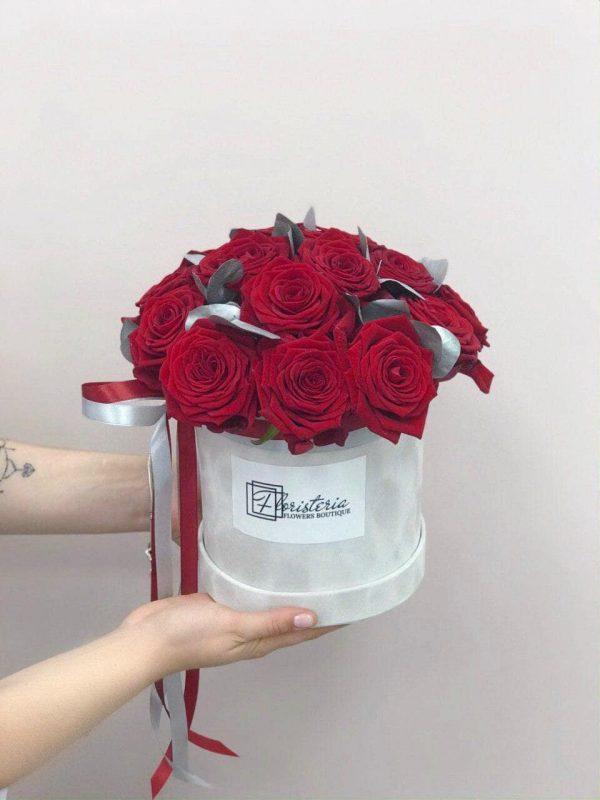 """Szary welurowy box z 21 czerwonych róż odmiany """"Red Naomi"""""""