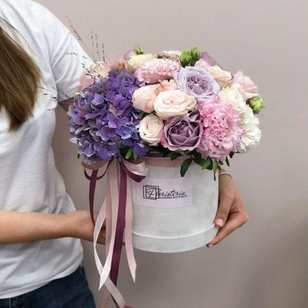 Szare welurowe pudełko z mixem hortensji , róży oraz  eustom