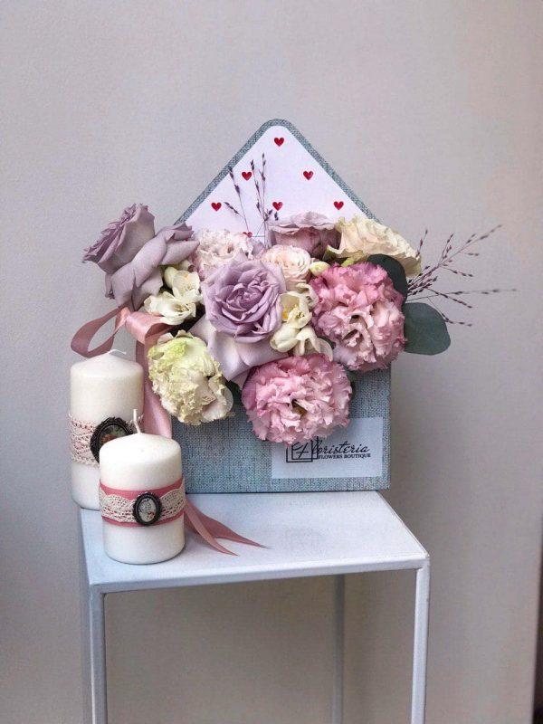 Koperta w delikatnych odcieniach  z róż , eustomy oraz frezji