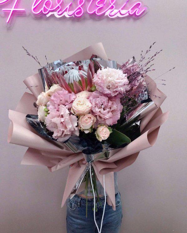 Bukiet z protea , róży oraz eustomy