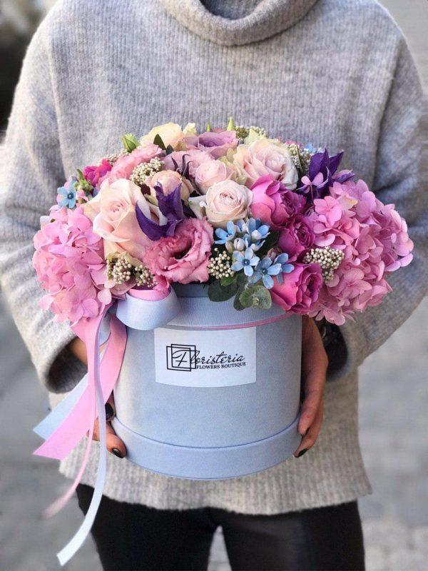 Niebieskie welurowe pudełko z mixem różowych kwiatów