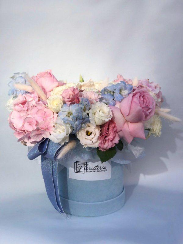 Niebieskie pudełko w rozmiarze M z mixem angielskiej róży, białej i różowej eustomy oraz dodatków