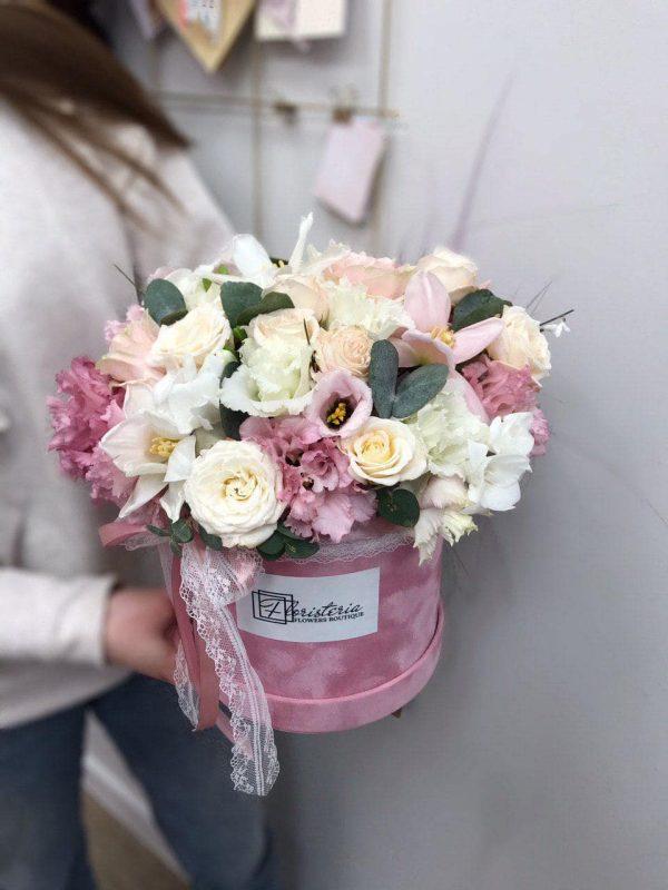 Różowe pudełko z mixem eustomy , ekwadorskiej róży oraz frezji