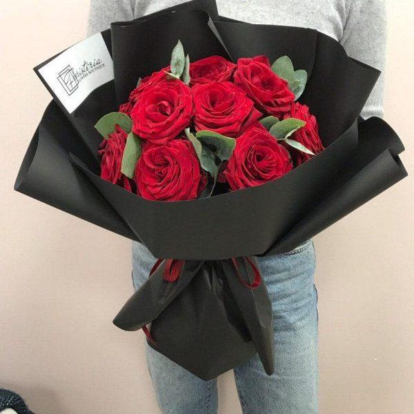 Bukiet z 11 czerwonych róż oraz eukaliptusa w czarnym opakowaniu