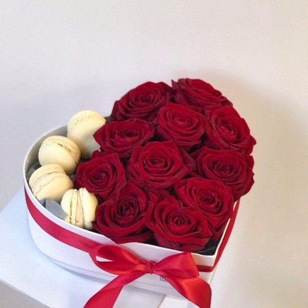 Serduszko z 11 róż oraz makaroników