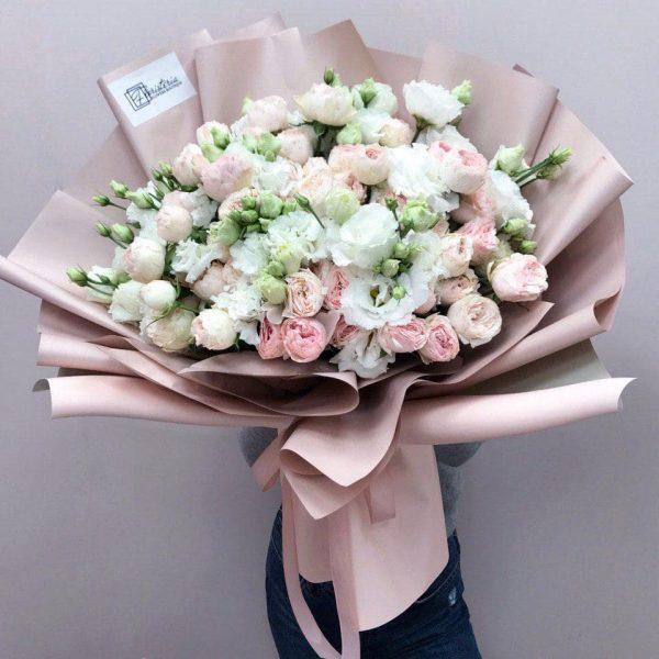 Bukiet w rozmiarze XL z mixem białej eustomy oraz delikatnych róż