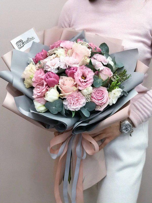 Bukiet w rozmiarze M z mixem goździków, róż, tulipanów, frezji oraz eustomy