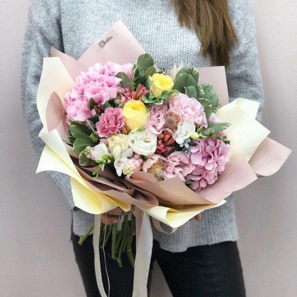 Bukiet mix z hortensji, róż, eustomy oraz hiacyntów