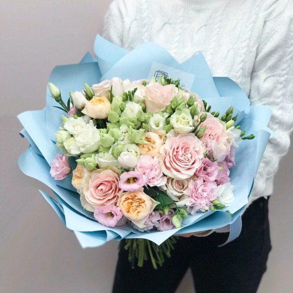 Bukiet w rozmiarze L z mixem ekwadorskiej, angielskiej róży, eustomy, frezji, goździków oraz tulipanów