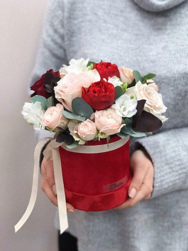 Welurowe czerwone pudełko w rozmiarze S z ekwadorskiej i angielskiej róży oraz frezji