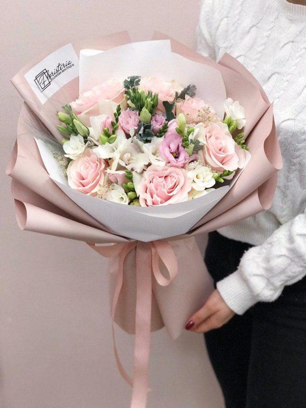 Bukiet w pastelowych odcieniach w rozmiarze M z mixem róży odmiany Pink Mondial, phalenopsisa, eustomy oraz frezji