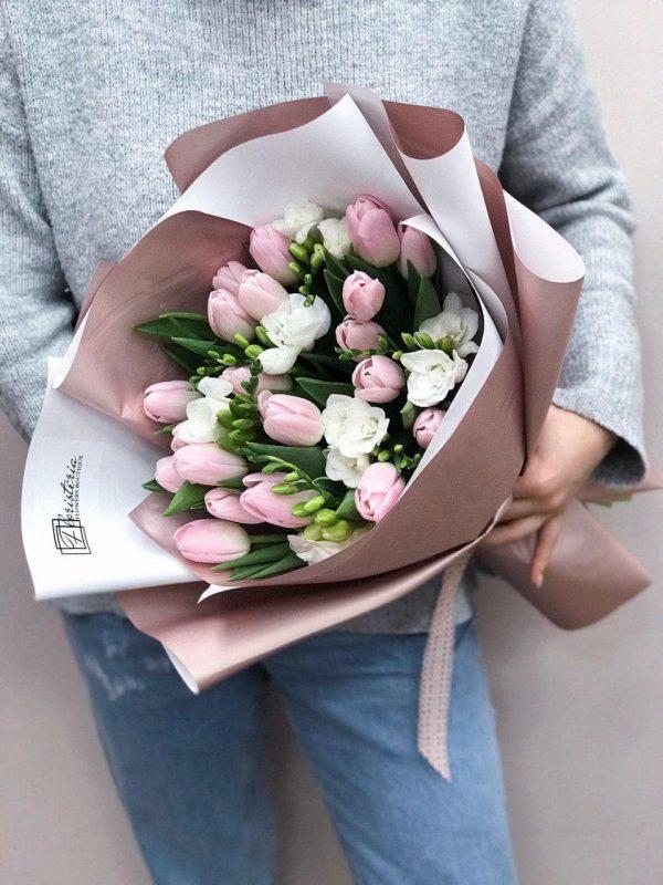 Bukiet z frezji oraz tulipanów