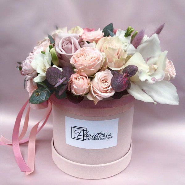 Welurowe pudełko w rozmiarze M z mixem róż, goździków, frezji, eukaliptusa oraz falenopsisa