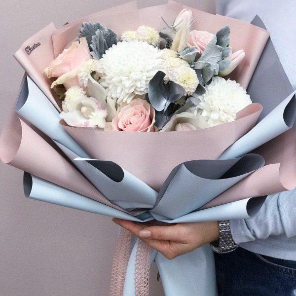 Bukiet w niebieskich odcieniach w rozmiarze S z mixem róż, tulipanów, chryzantem, falenopsisa oraz eukaliptusa