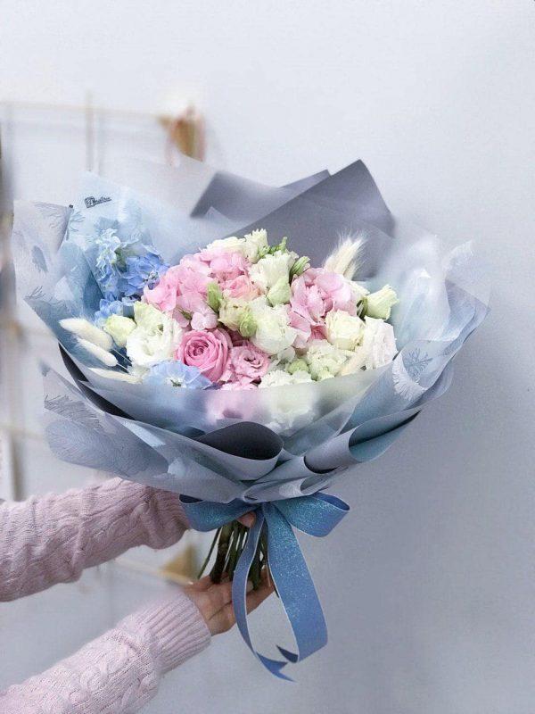Bukiet rozmiar S w kolorystyce niebiesko-różowej z mixem eustomy, róż,oraz dodatków