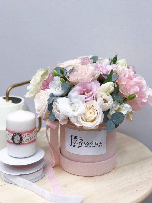 Różowy box w rozmiarze S z eustomy, róży, frezji, tulipanów, oraz eukaliptusa