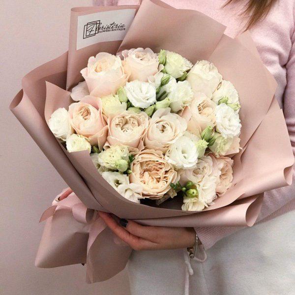 Bukiet z pionowej róży oraz białej eustomy