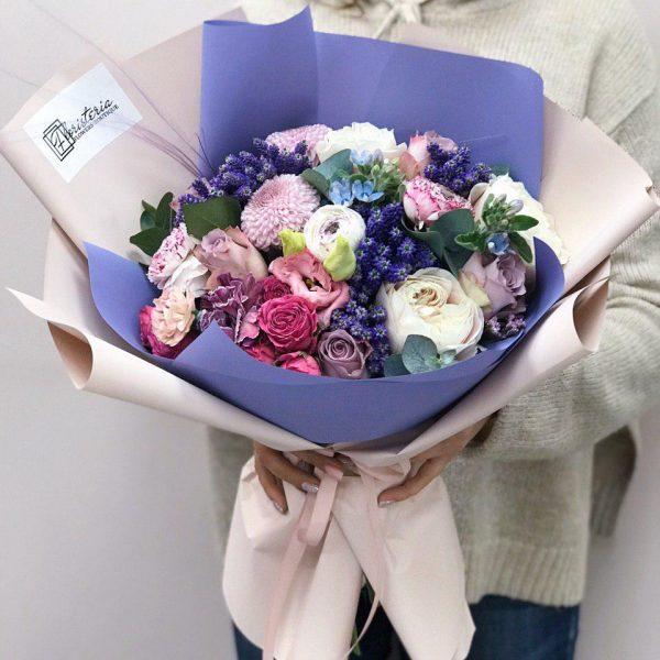 Bukiet fioletowych odcieniach z veroniki, róż, eustomy,oxypetaluma, jaskrów i chryzantemy