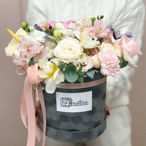 Szare pudełko w rozmiarze L z tulipanów, alstromerii, róż, goździków i eustomy
