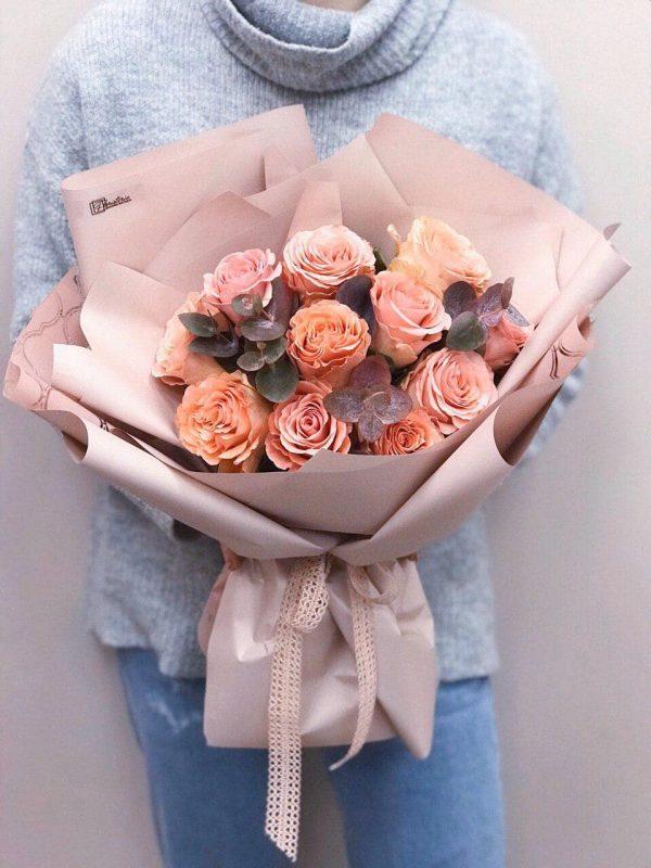 Bukiet z 11 pomarańczowych róż oraz eukaliptusa