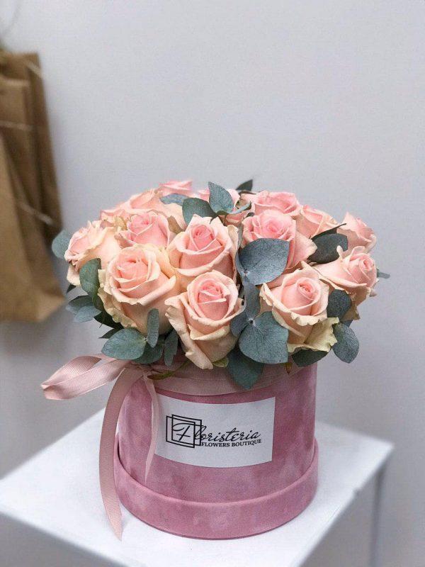 Pudełko z 16 różowych róż oraz eukaliptusa