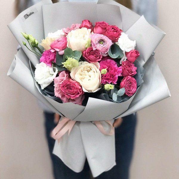 Bukiet w kolorze fuksja z jaskrów, róż, eustomy i goździków