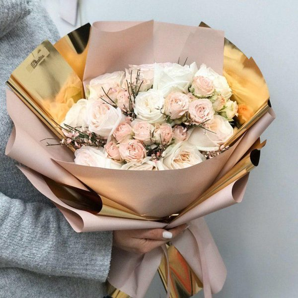 Bukiet z pionowej i gałązkowej róży i dodatków