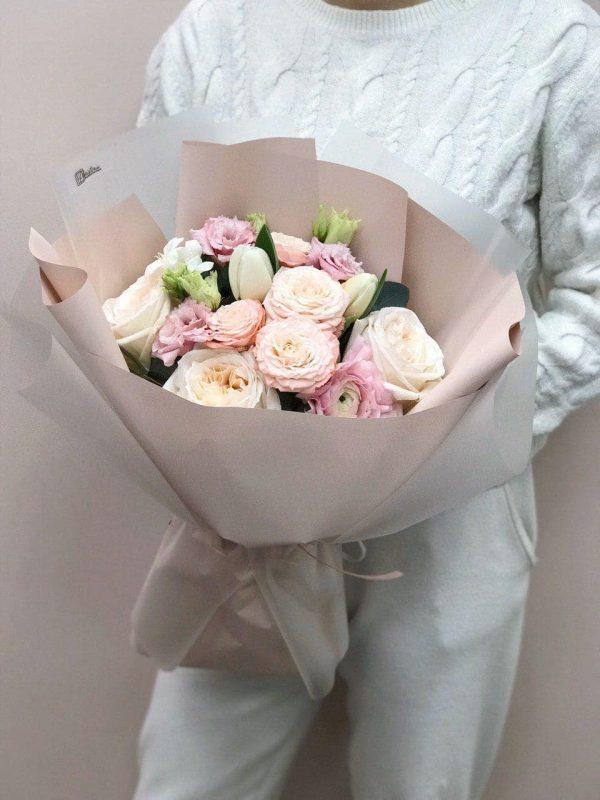Bukiet w rozmiarze M z róż, eustomy i tulipanów