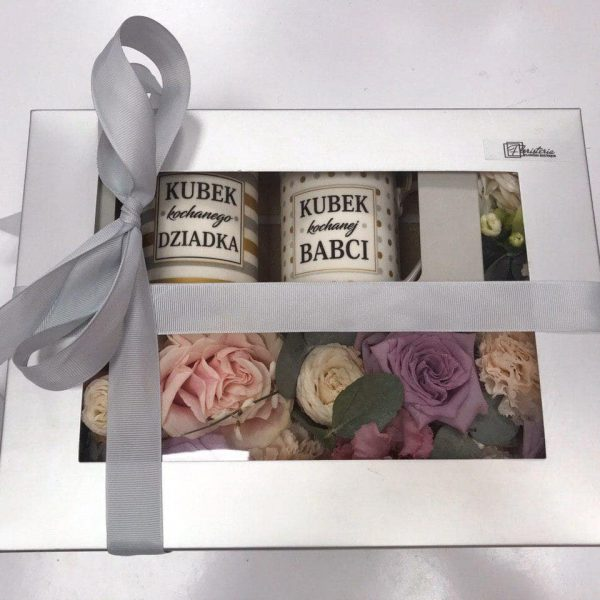 Pudełko wypełnione kwiatami i 2 kubkami dla Babci i Dziadka