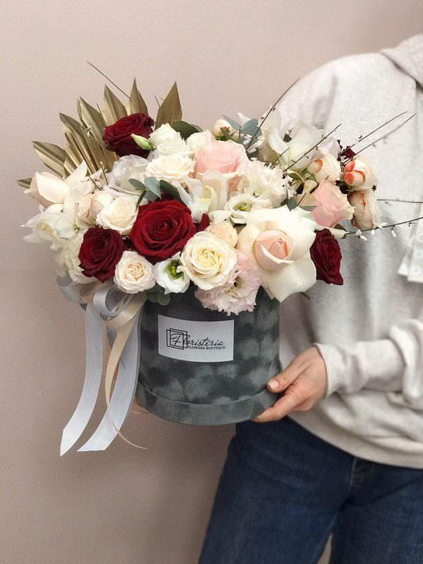 Box w rozmiarze L w beżowo-bordowej kolorystyce z róż, eustomy i goździków