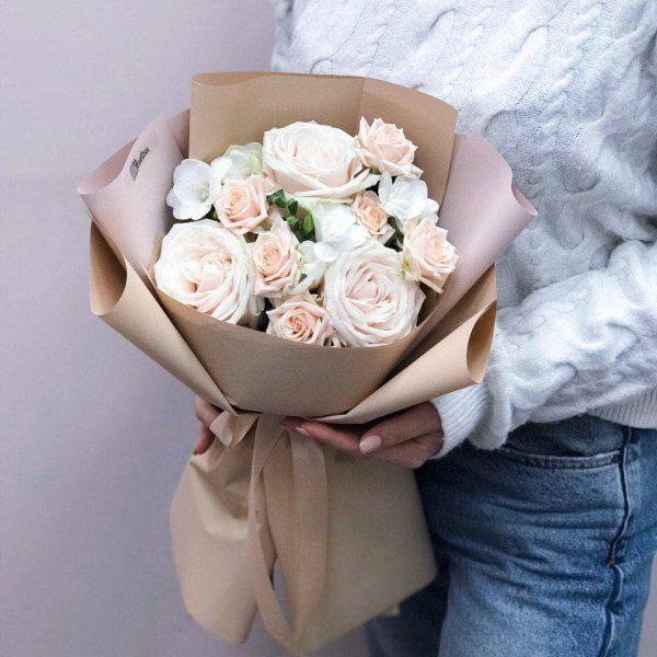 Bukiet w beżowej kolorystyce z róż i frezji