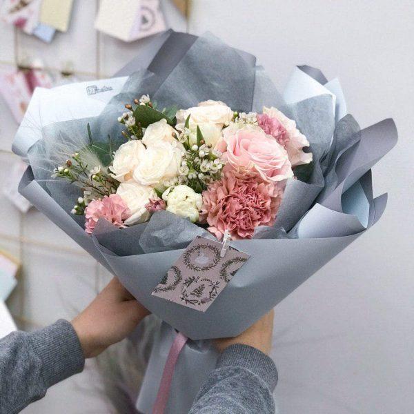 Bukiet mix z goździków oraz angielskiej i ekwadorskiej róży