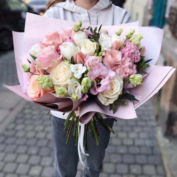 """Bukiet """"Wiosenna miłość"""" w rozmiarze L z tulipanów, frezji, róż, goździków oraz eustomy"""