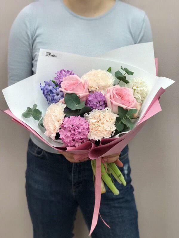 """Bukiet """"Wiosenny"""" z hiacyntów, róż i goździków"""