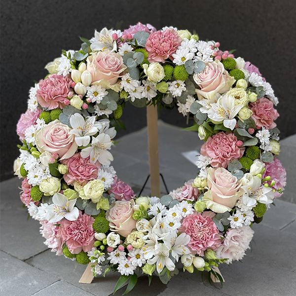 """Wieniec pogrzebowy ze świeżych kwiatów """"Krocząc po różowych chmurach"""" 45 cm"""